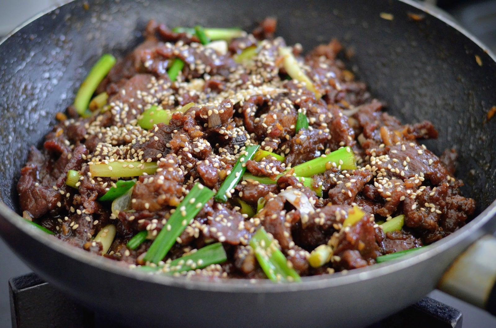 Monggolian beef na binudburan ng tinustang linga
