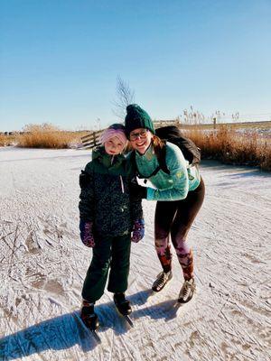 Lotte en Elin op het ijs