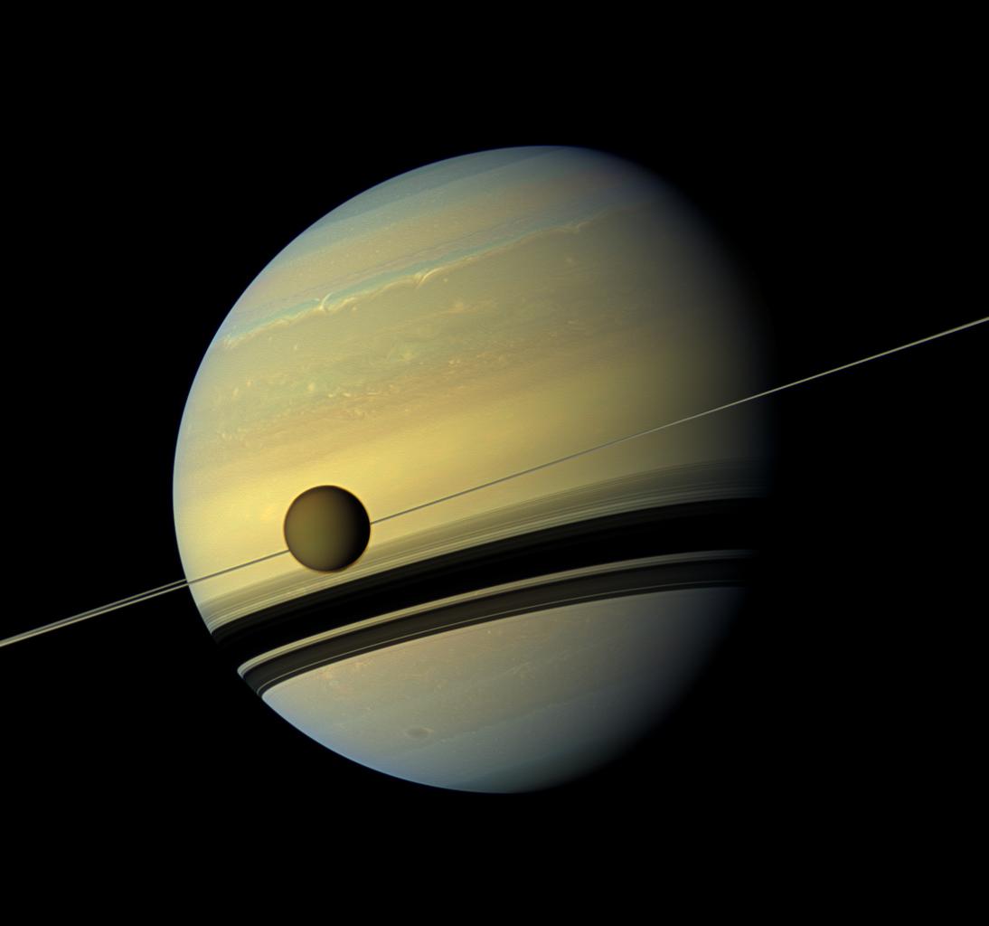 Figure 1: Titan, cel mai mare satelit natural al planetei Saturn, fotografiat de sonda Cassini (Sursa foto: NASA/JPL)