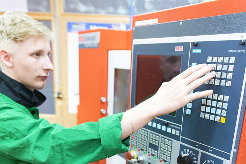 Žák ovládá CNC stroj