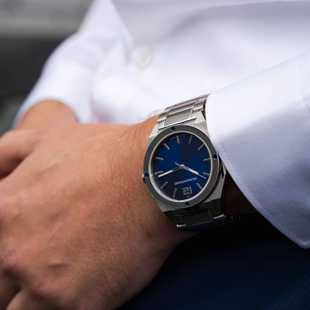Matching your watch with your business shirt? No problem for the steel/blue Representor with steel bracelet!