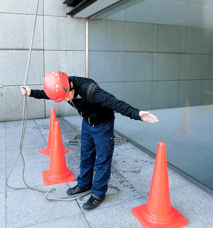 新東京サービス|高所ガラス清掃例