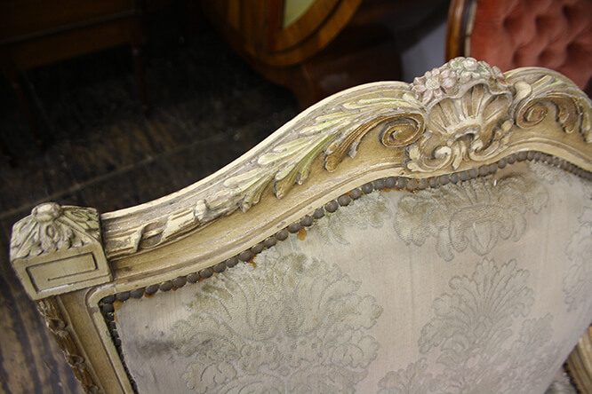 A FINE COLLECTION OF CARVED, PAINTED AND GILDED ITALIAN FURNITURE 5