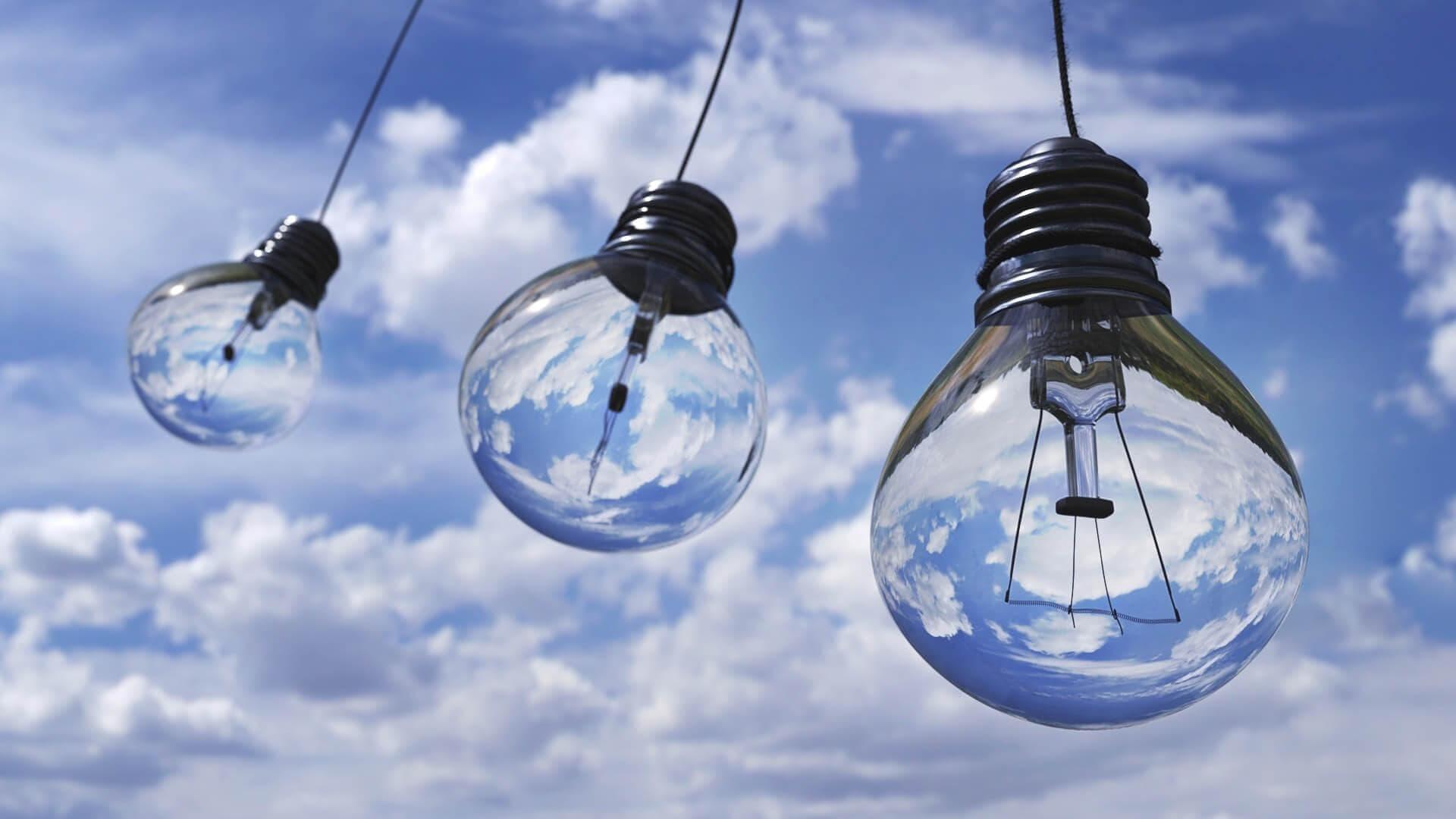 tre lampadine appese