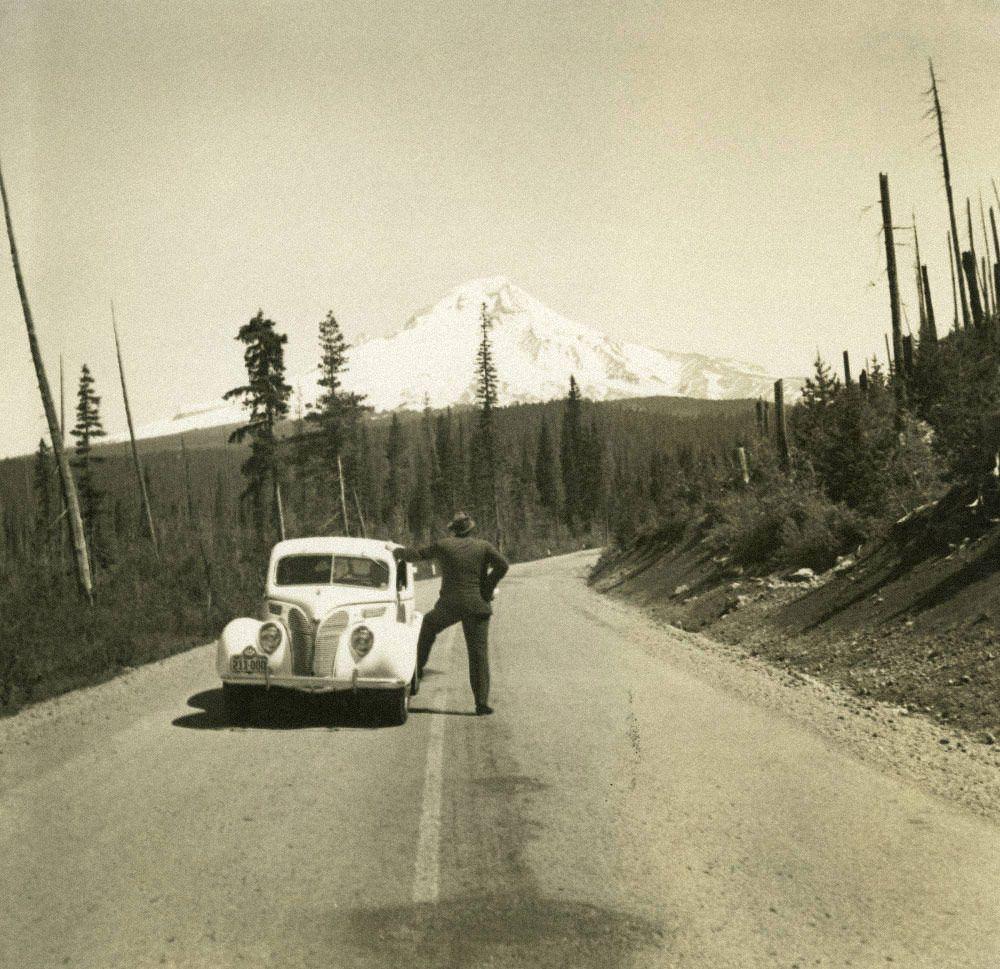 Томас Вулф смотрит нагору Худ вОрегоне, 1938год. Источник: find-aids.lib.unc.edu