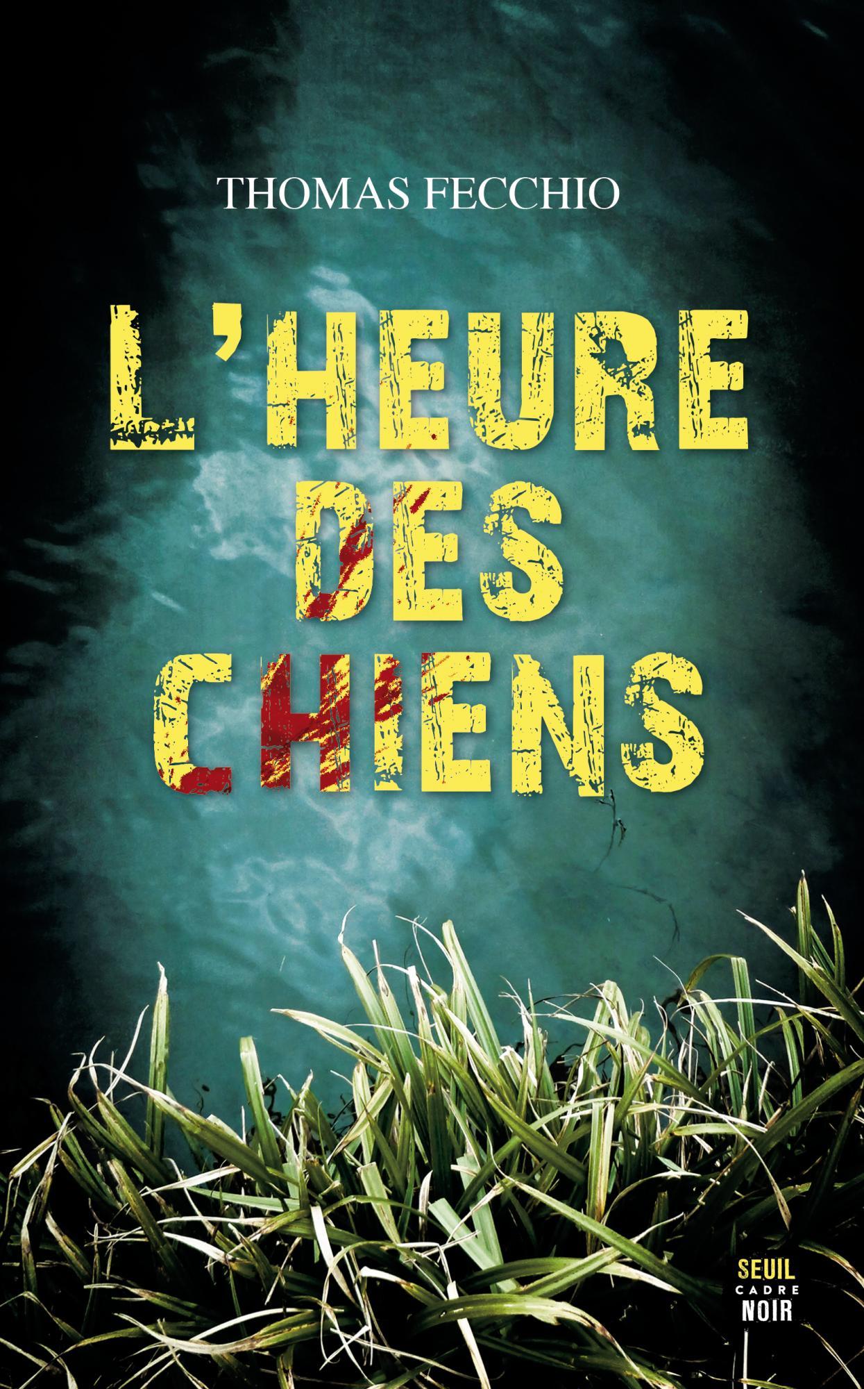 En gros plan, des herbes sur le bord d'une rivière, puis de l'eau avec un peu de courant, le nom de l'auteur en haut, caractères moyens, blancs, titre sur trois lignes, en gros caractères jaunes dont certains présentent des griffures sanglantes