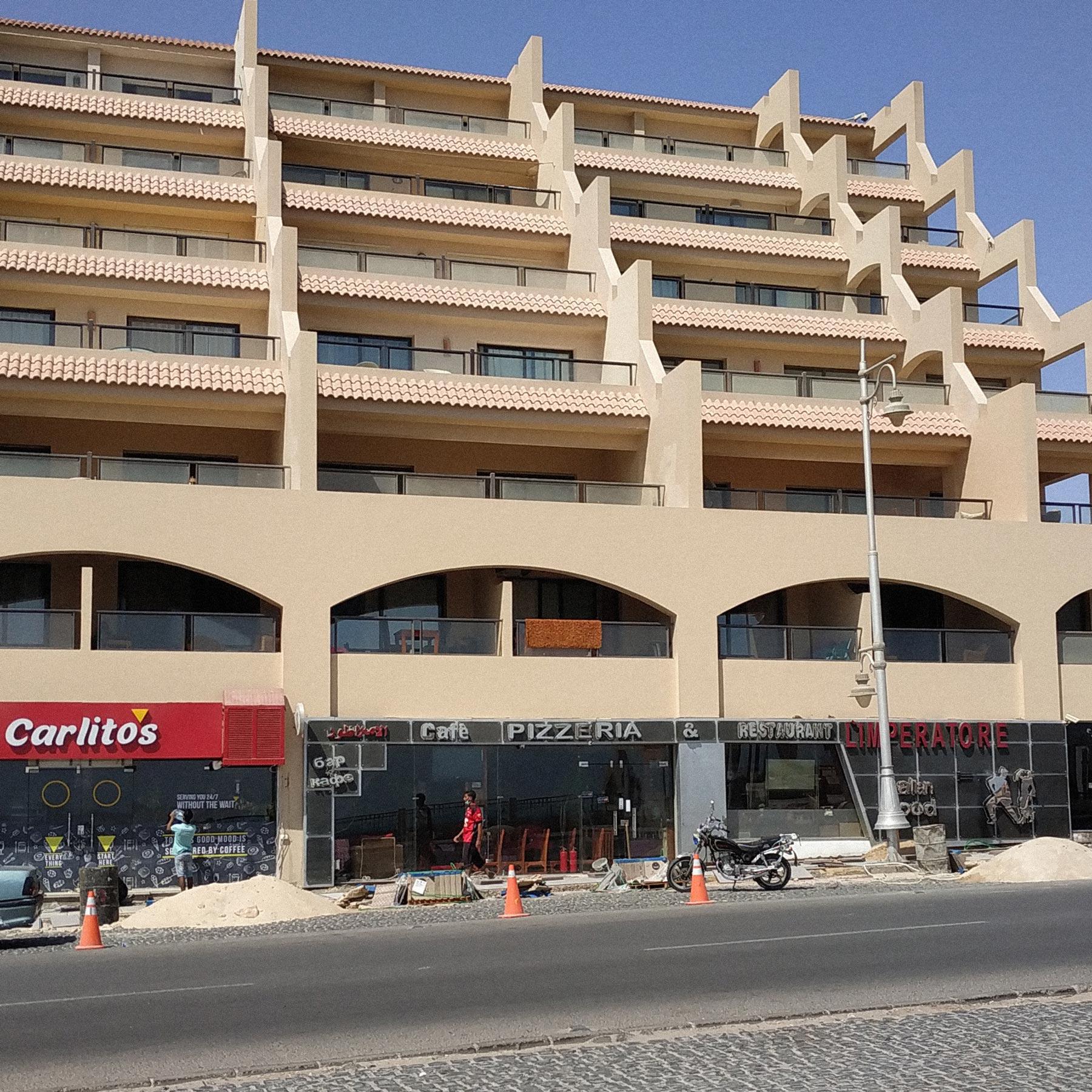 Вшопинг-районе пусто: туристические магазины икафе закрыты, вомногих кипит ремонт. Фото: Татьяна Иванова
