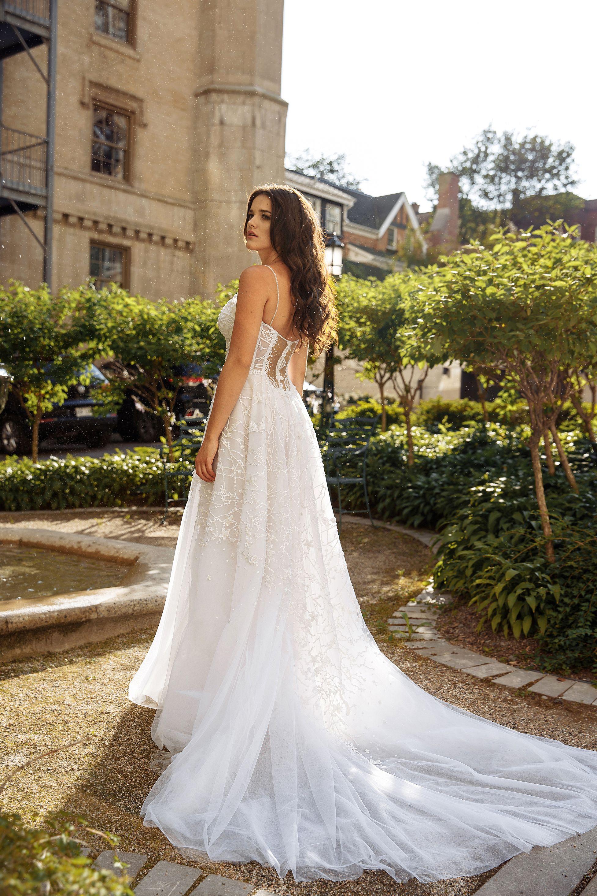 robe de mariee brillante ligne-a en tulle lilia haute couture boutique robes de mariee luxueuse montreal