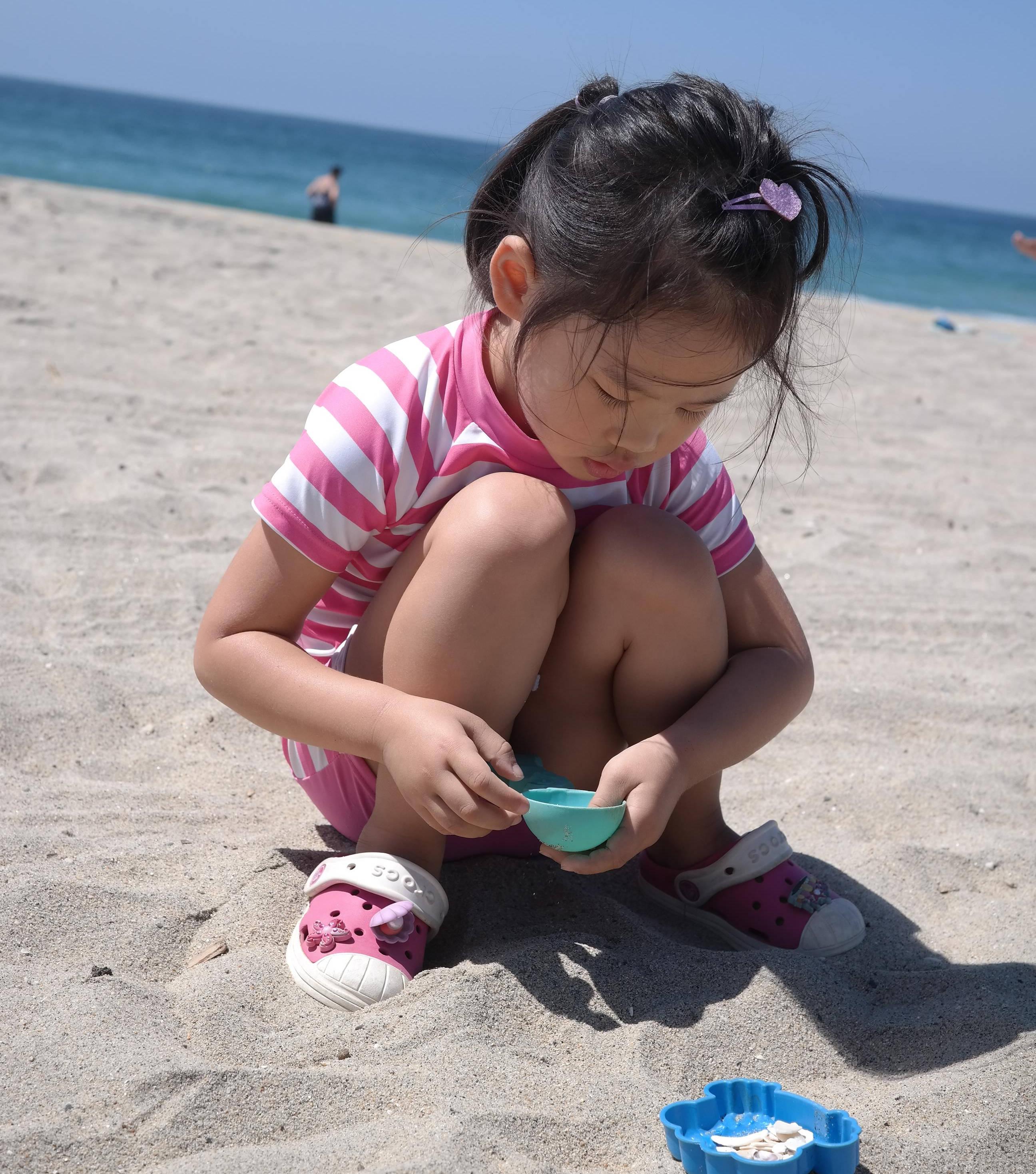 모래 놀이하며 겁질 수집 중