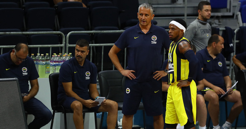 Fenerbahçe Basketball Coach analysing players
