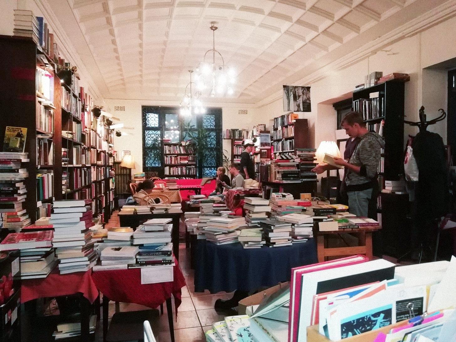 Интерьер книжного магазина Tarabuk в Варшаве, Польша. Источник: фейсбук-страница магазина