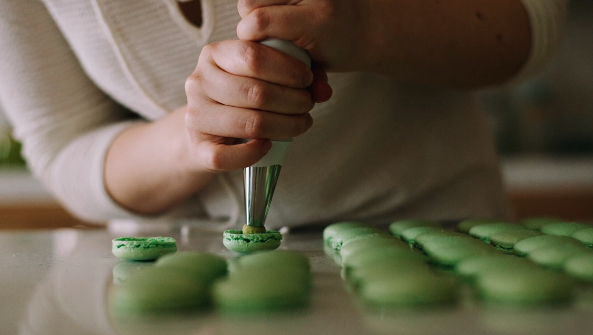 Baker's hangs filling green macarons
