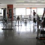 Atleti si allenano in una palestra dove è stato realizzato un pavimento in resina antiscivolo.
