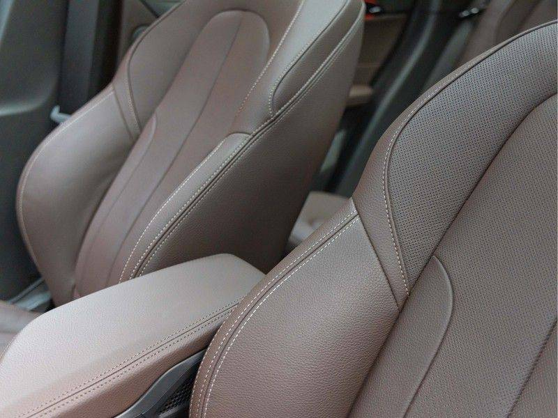 BMW X1 xDrive20i High Executive - Memoryzetel - Panorama - Trekhaak - Harman Kardon afbeelding 20