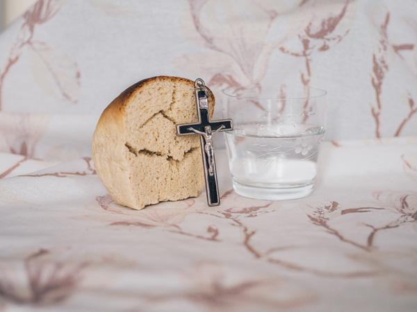 pan sagrado comunion y crucifijo