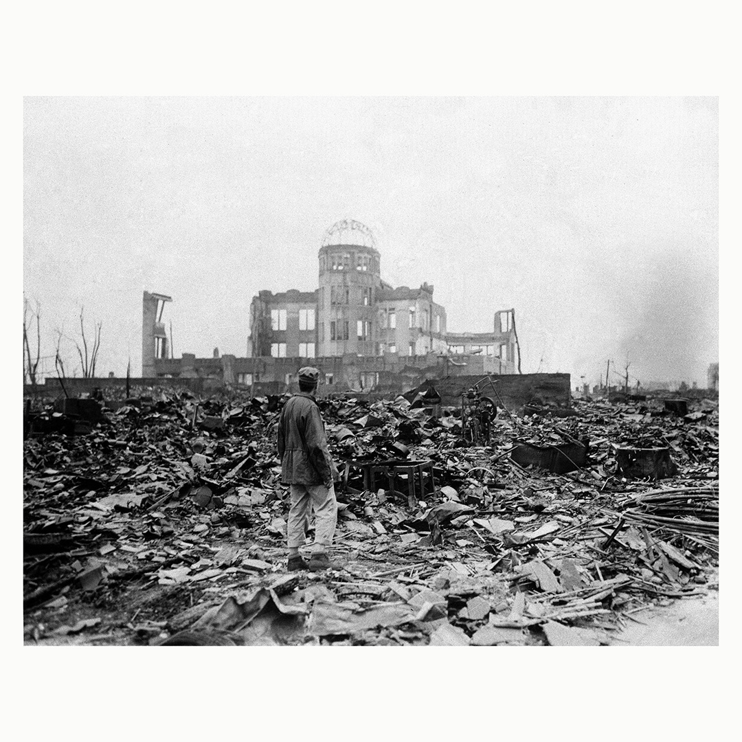 Журналист стоит наместе бывшего кинотеатра вХиросиме, Япония, всентябре 1945года, через месяц после того, как Соединенные Штаты сбросили нагород атомную бомбу. Фото: Stanley Troutman, Acme correspondent