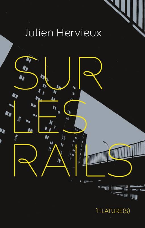 Fond gris clair, immeubles noirs et univers urbain noir. Nom de l'auteur en blanc, titre en grands caractères fins jaune, nom de la maison d'édition en plus petit, jaune également.