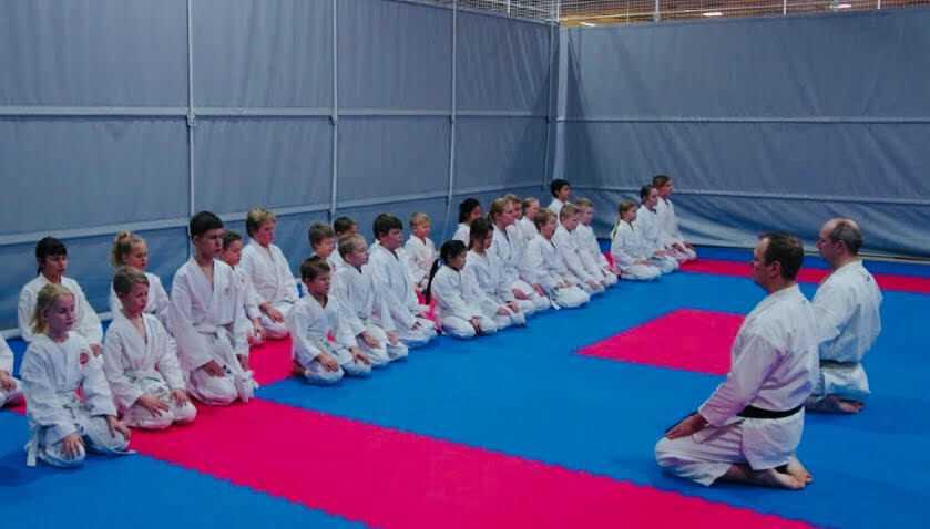 Lahden Karaten junioriryhmä keskittyy harjoituksiin Mokusō:ssa.