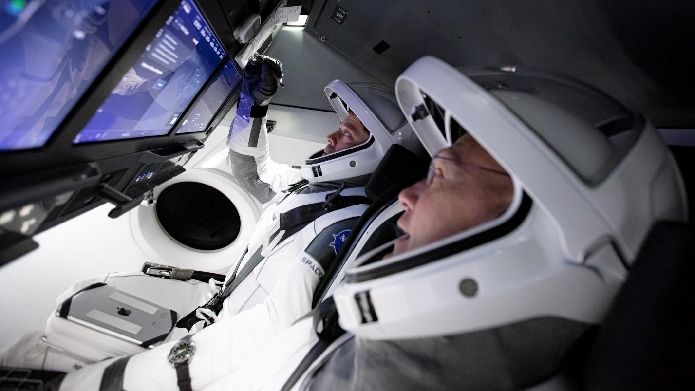 Imaginea 1: Astronauții NASA Bob Behnken și Doug Hurley, antrenându-se la bordul unei capsule Dragon2 pentru misiunea SpaceX DM-2. Sursa foto: SpaceX