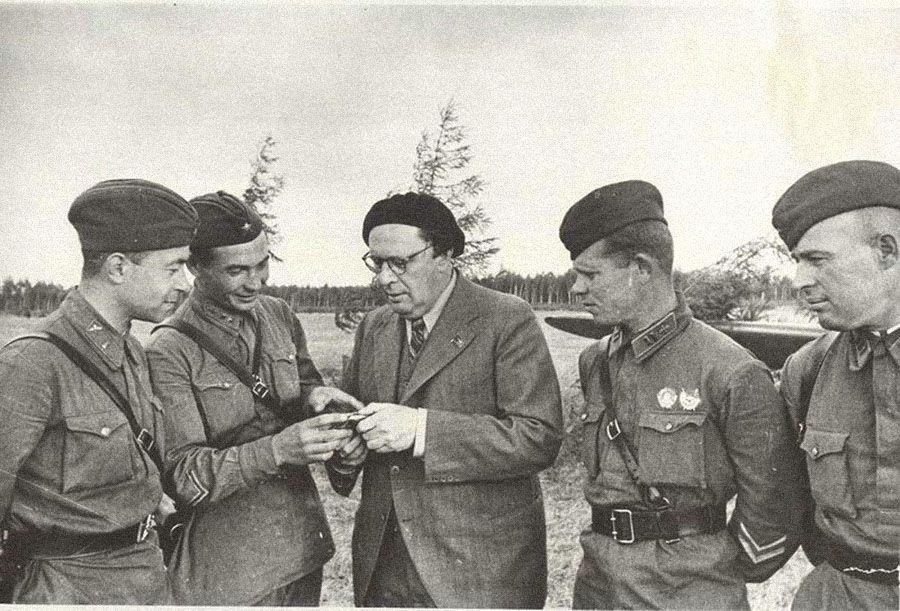 Алексей Толстой вгостях улетчиков, 1942год / russiainphoto.ru
