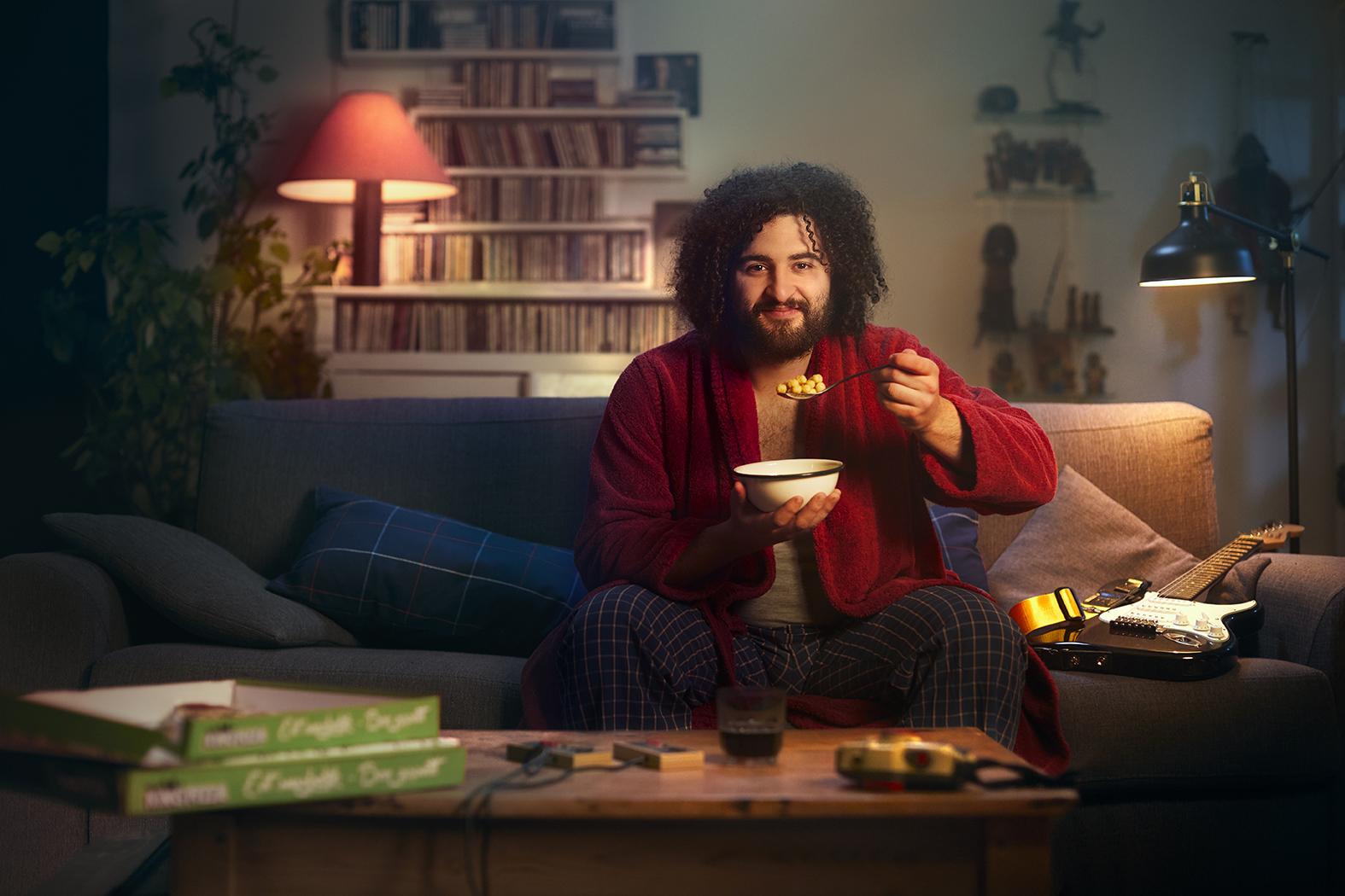 man die een kom ontbijtgranen eet