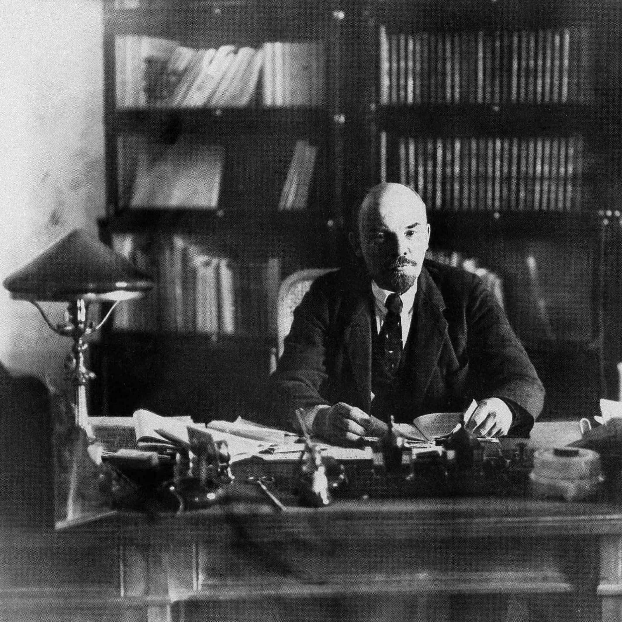 Ленин зарабочим столом всвоем кабинете вКремле, октябрь 1918г. Фотограф: П. А. Оцуп