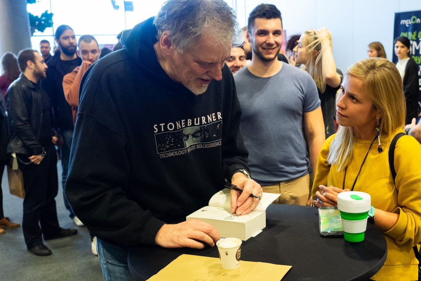 Питер Уоттс дает автографы. Фото из блога Питера Уоттса rifters.com