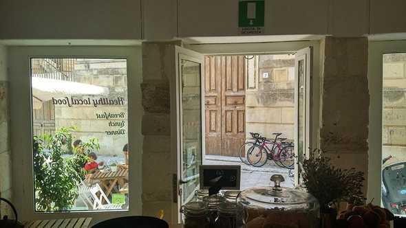 L'esterno del locale e le bici a noleggio