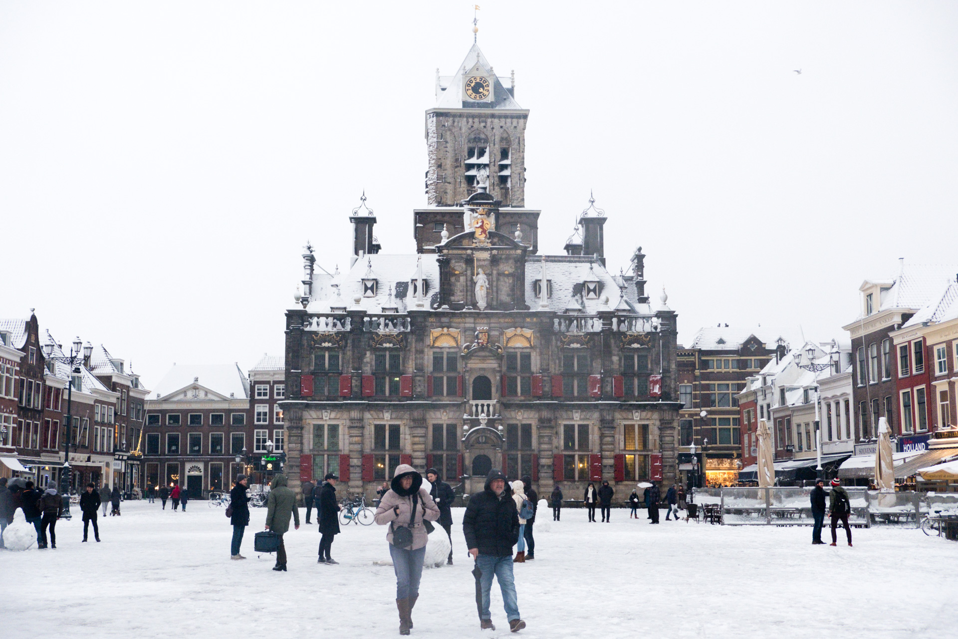 Heavy snowfall in front of Delft Stadhuis