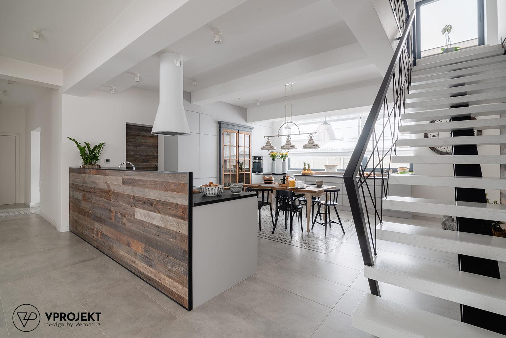 Wnętrze kuchni ze strefą jadalnianą, widok od strony salonu