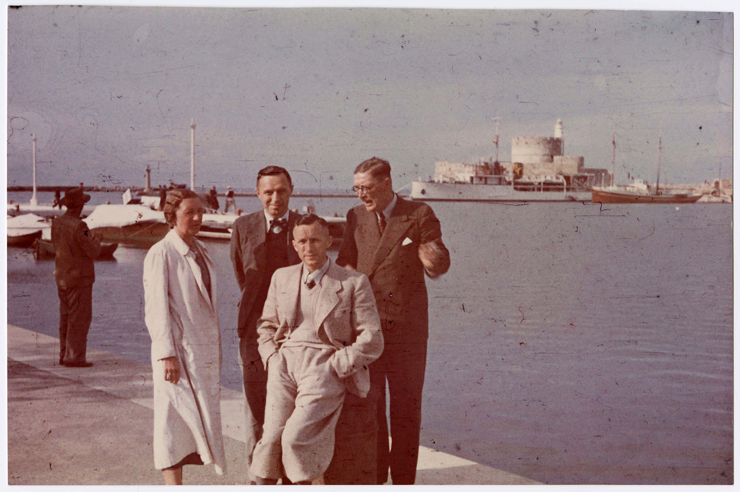 Эрнст Юнгер (вцентре) вовремя своей первой поездки наРодос в1938году сосвоим братом Фридрихом Георгом. Источник: DLA Marbach