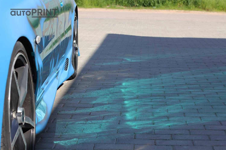 Apklijuotas auto su atspindinčia plėvele
