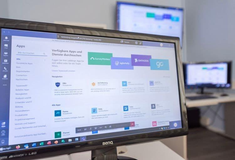 Bildschirm mit Teams während einer Teams-Schulung im Schulungsraum