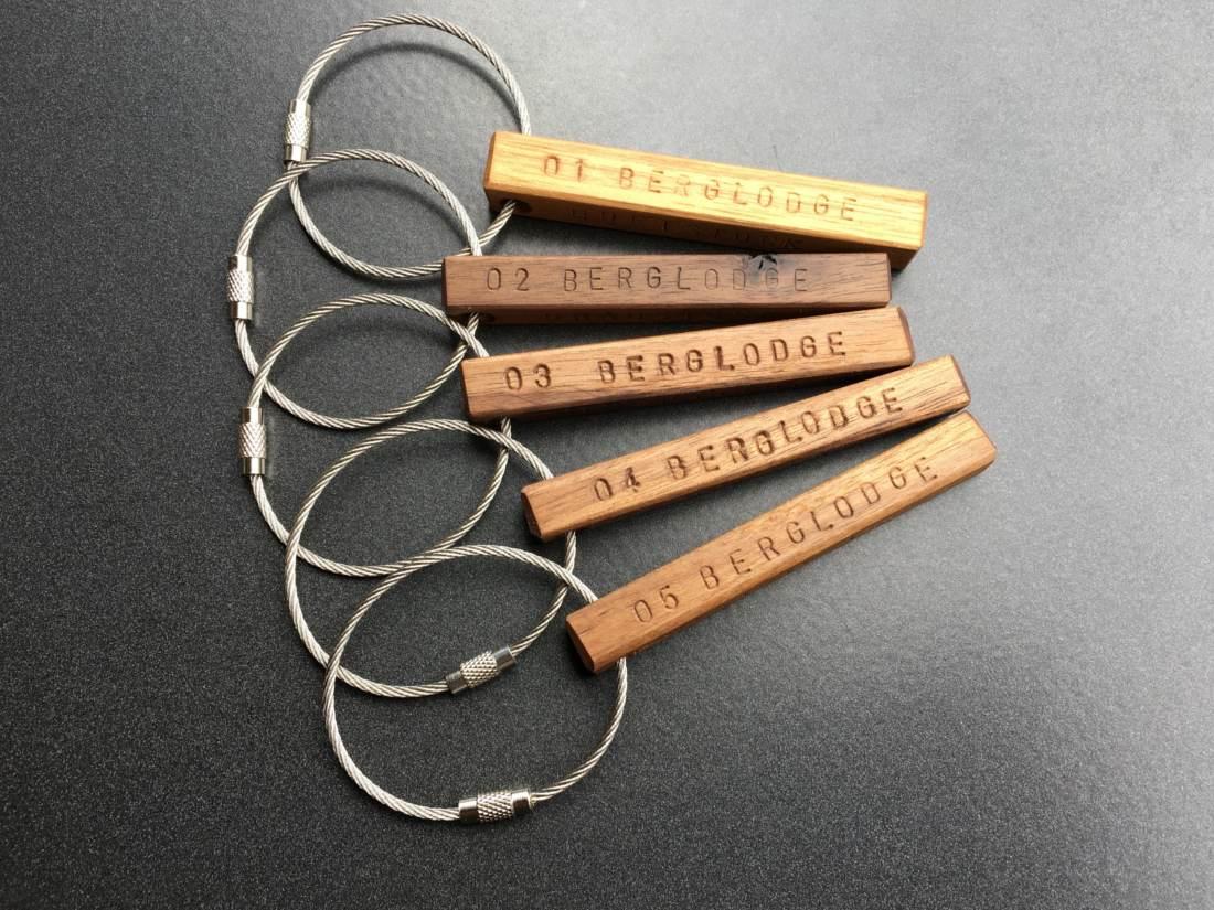Individueller Schlüsselanhänger aus Holz mit Ihrem Wunschnamen oder Ihrem Wunschtext. .