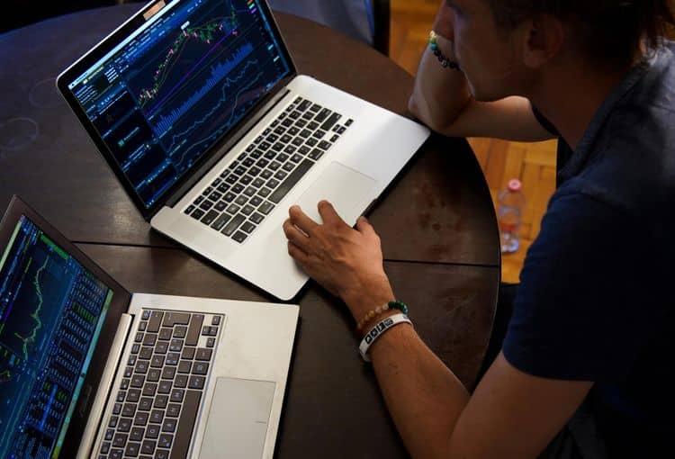 Zwei Laptops zum Konvertieren von Access