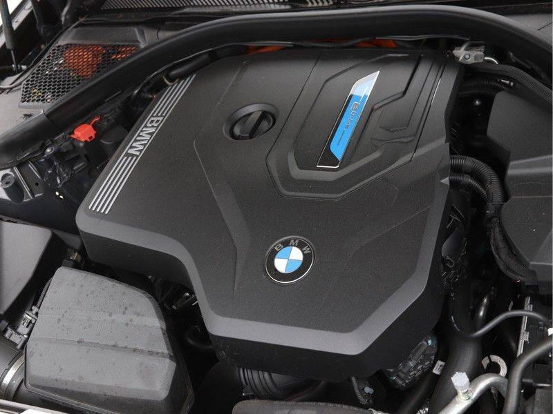 BMW 3 Serie Touring 330e xDrive High Executive Model M Sport afbeelding 4