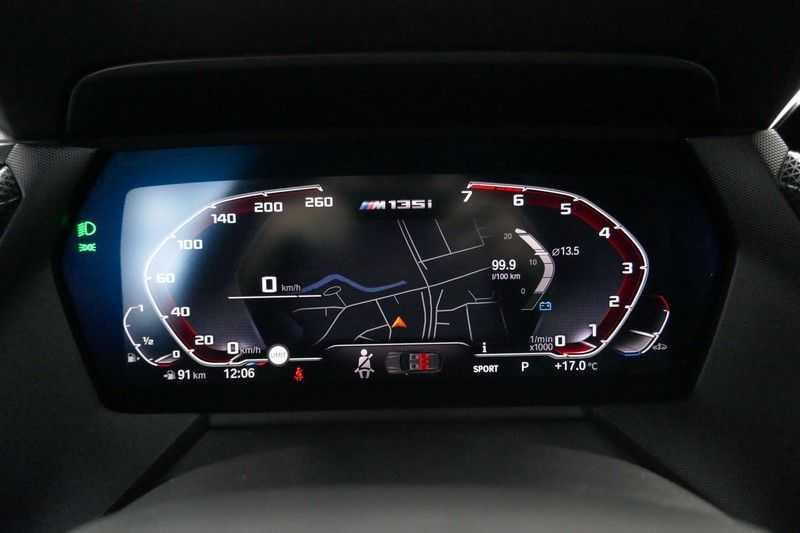 BMW 1 Serie M135i xDrive High Executive Virtual - Led - Panodak afbeelding 21