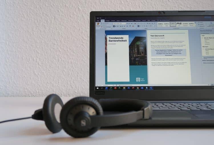 Laptop mit Word-Formular und Kopfhörern