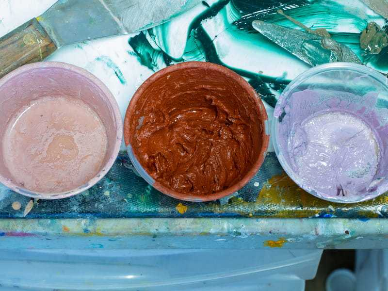 Three oil paints, one of which is mixed with wax (© Rhododendrites, CC BY-SA 4.0)