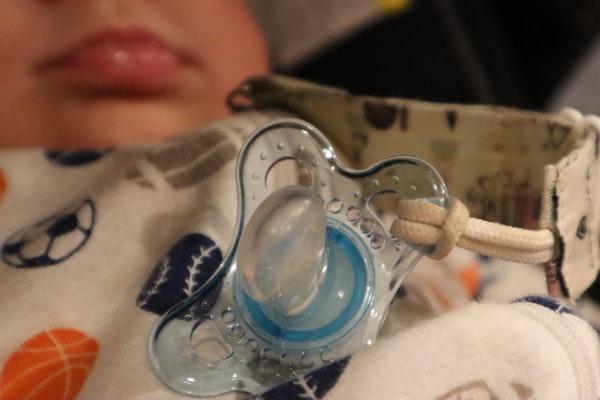bebé tirando el chupete