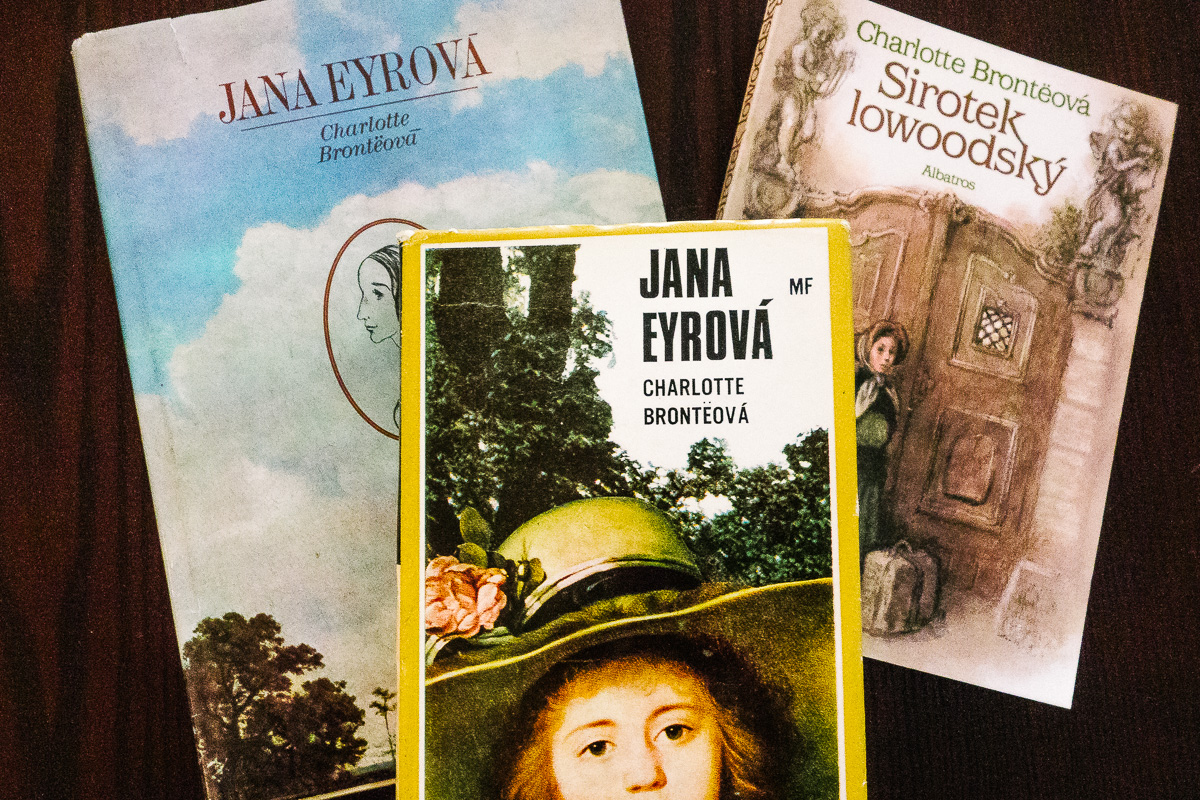 three copies of the book Jane Eyre in Czech on a table