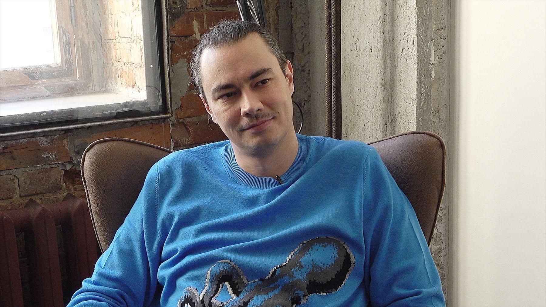 Жора Крыжовников вовремя съёмок интервью для Bookmate Journal