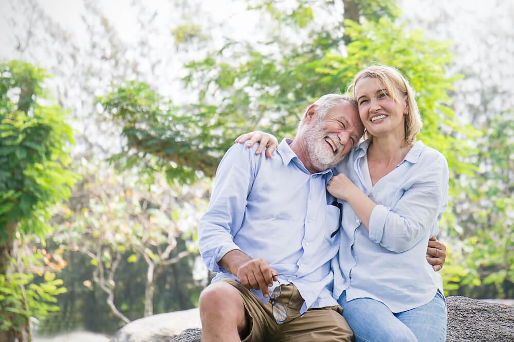 Paar glücklich über pflegeleichten Garten