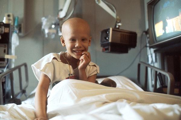 niño con cáncer en hospital