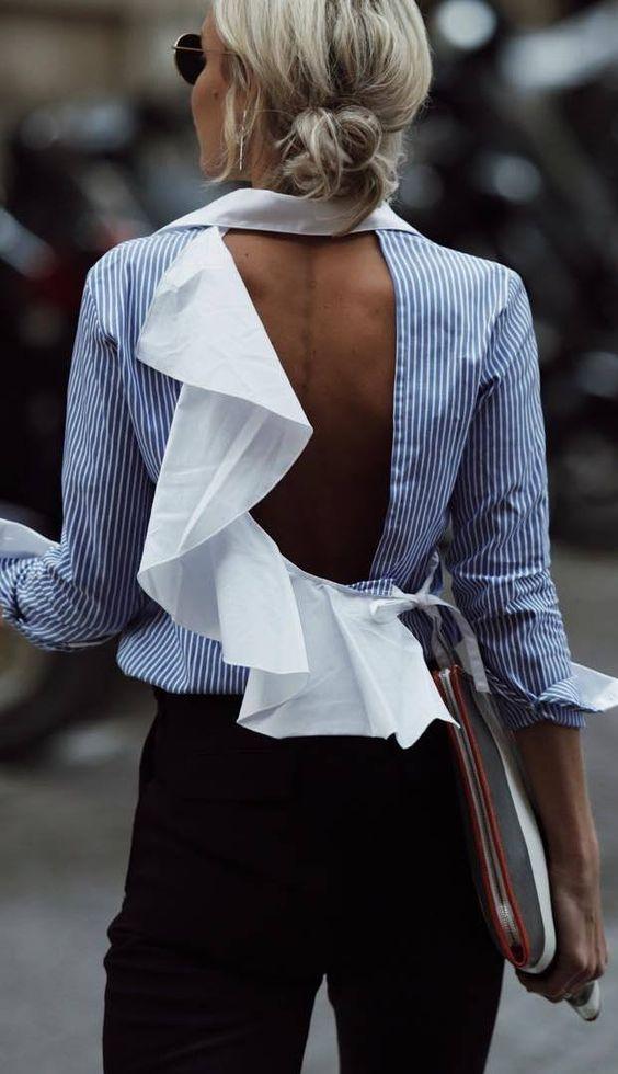 Chemise dos nu blanche à rayures verticales bleues assortie d'un tissu blanc formant des fronces