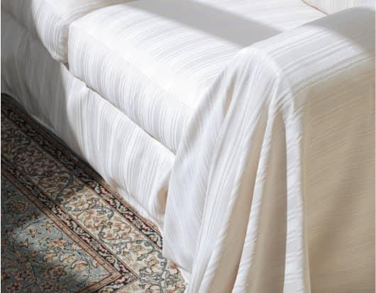 Une couturière crée une housse de canapé