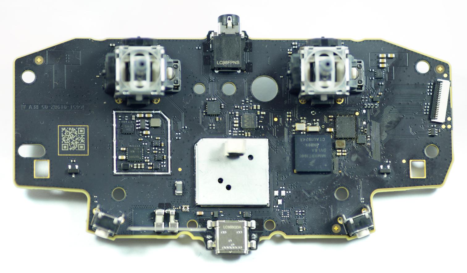 Gesamtbild der Platine (klick für höhere Auflösung). Die Verunreinigungen auf der rechten Seite sind Flux-Reste vom gescheiterten Versuch den Flash runter zu löten.