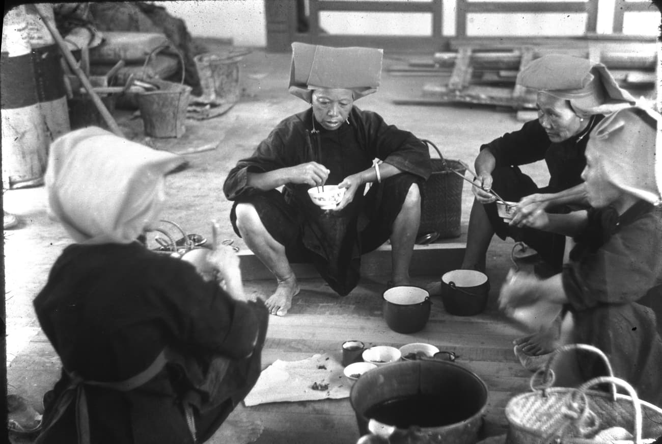Samsui women having a meal at the worksite, 1954