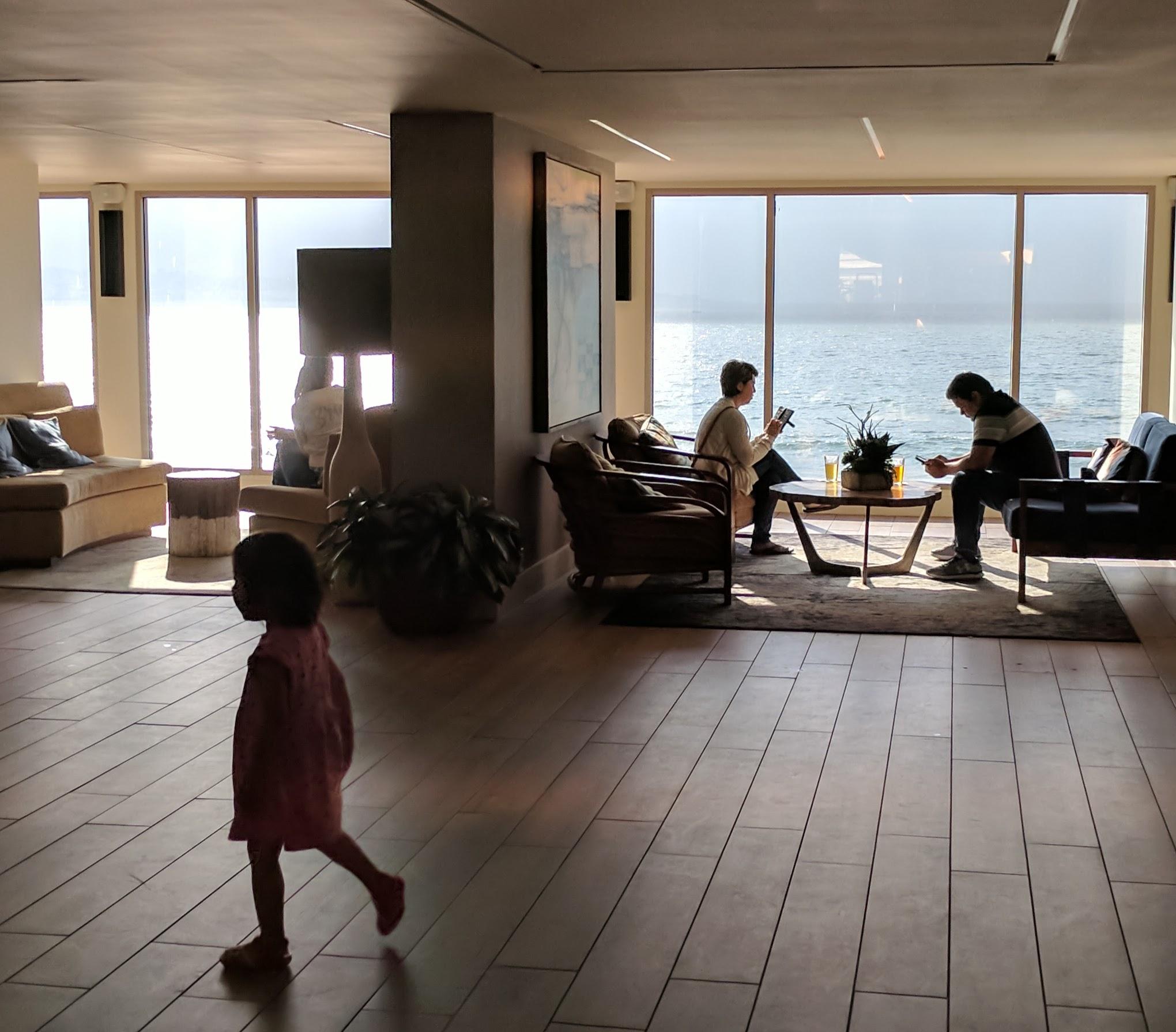 호텔 로비에서 보이는 바닷가