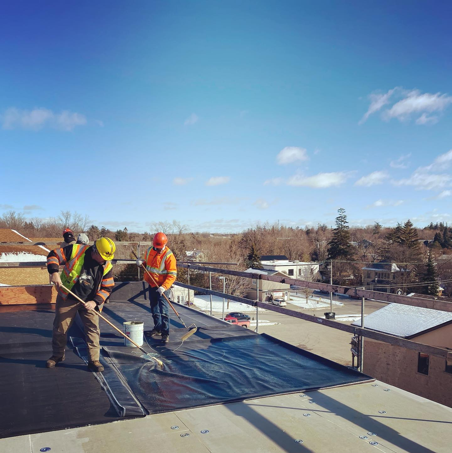 Fully-adhered EPDM going down on this new build in Fergus 🏢 . . . #flatroofing #roofingcontractor #guelphbusiness